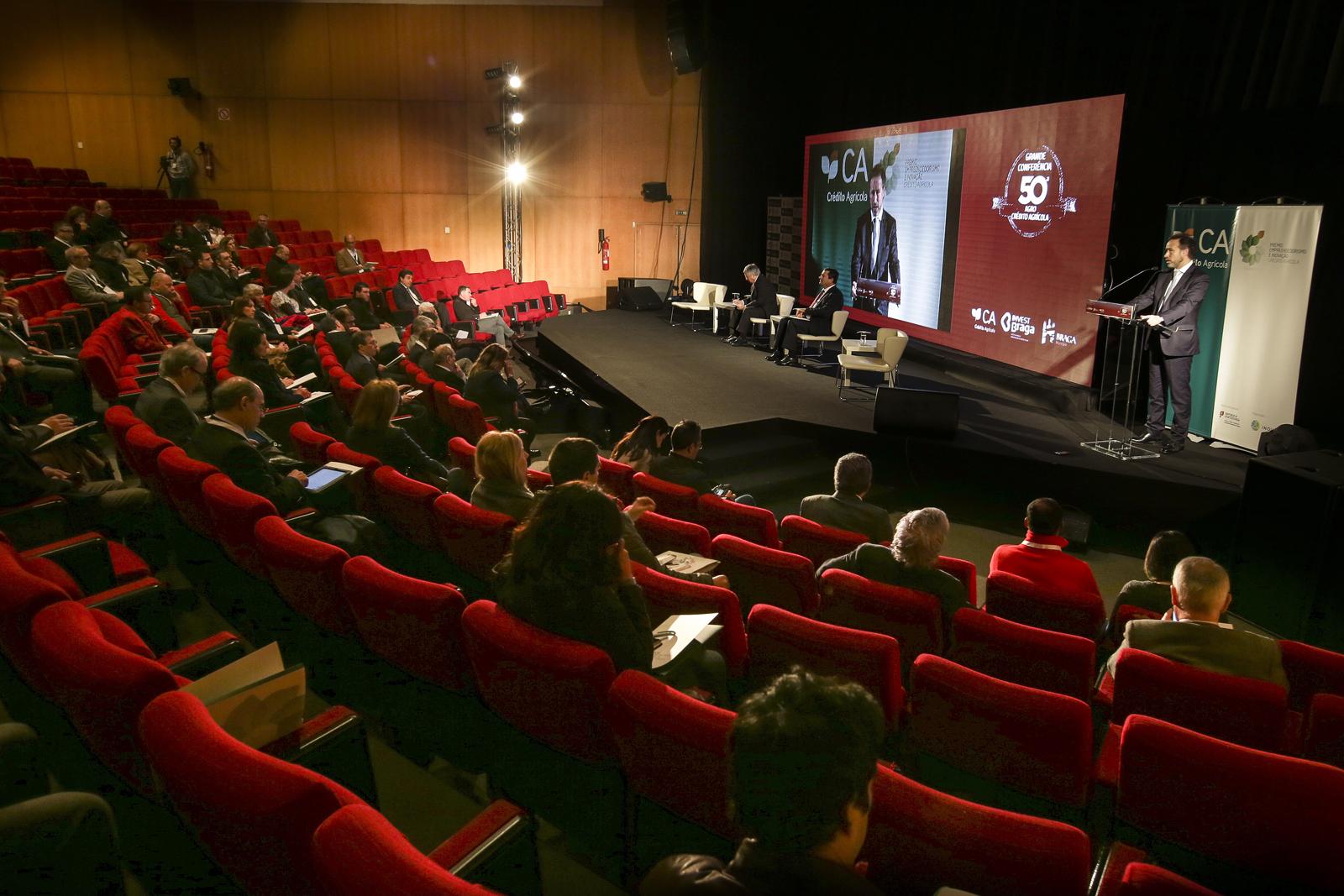 Na Grande Conferência 50º AGRO/Crédito Agrícola foram debatidos seis temas relevantes para o sector. A conferência no Grande Auditório do PEB contou com 18 oradores e nela foi feita a apresentação do Prémio Empreendedorismo e Inovação Crédito Agrícola